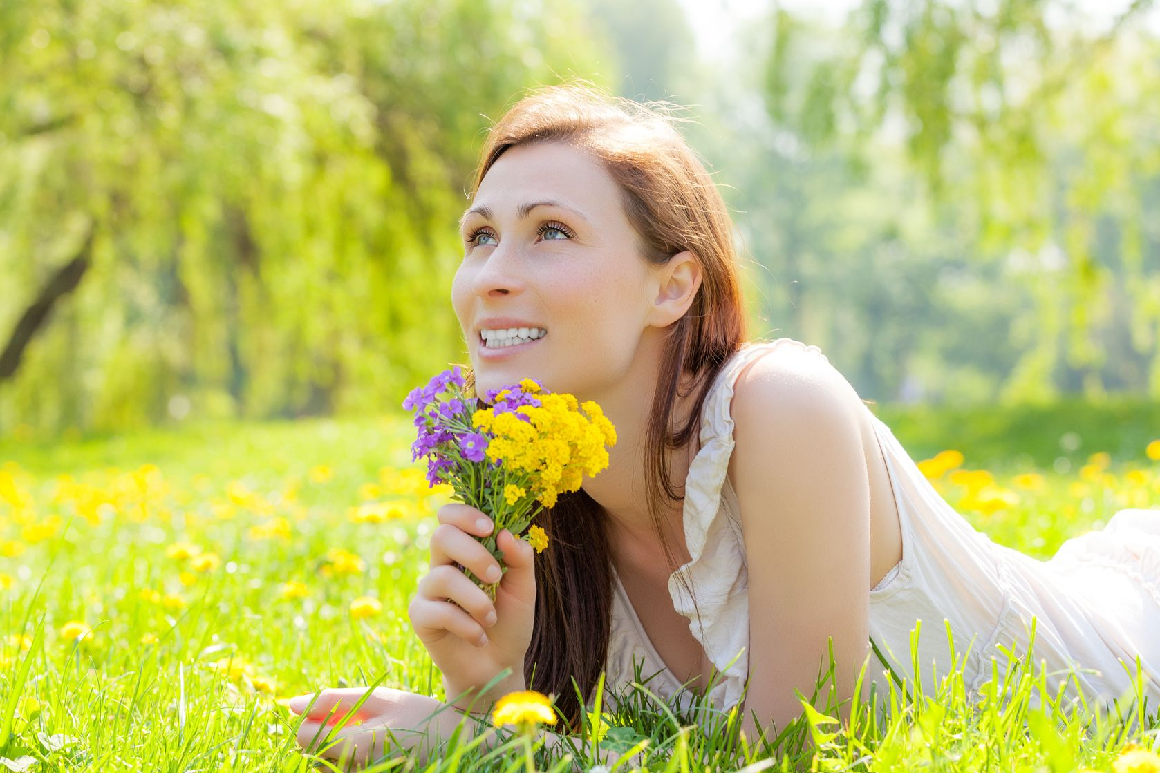 Girl_with_flowers_on_grass